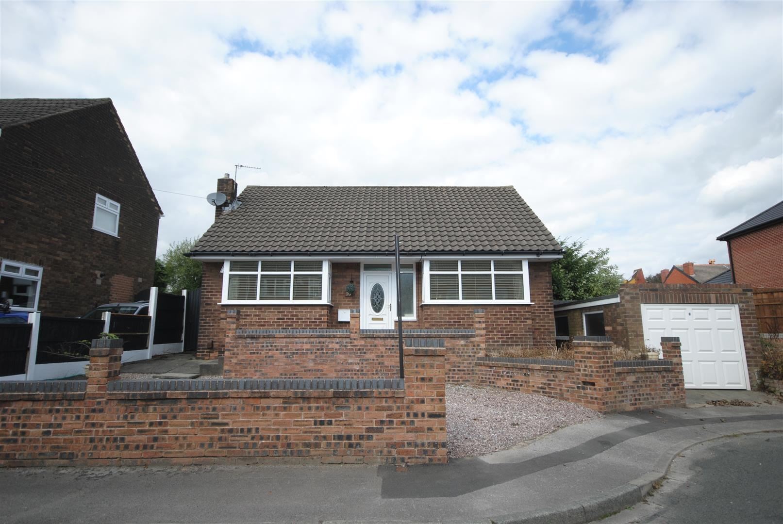 2 Bedrooms Detached Bungalow for sale in Stroud Close, Wigan